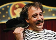 Holt den alten Zylinder hervor: Lucas Cadonau sorgt als Clown Pepe für Lacher. (Bild: Donato Caspari)