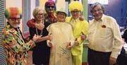 Die Mitglieder des Wiler Ortsbürgerrats freuen sich mit ihrem ehemaligen Ratsschreiber Jürg Zurbriggen (Mitte) über dessen Ernennung zur Ehrenbürgerwurst 2018. (Bild: PD)
