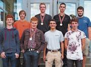 Raphael Pirker aus Grabs (hintere Reihe ganz links, Schreinerei Dütschler AG, Salez) darf mit sieben weiteren Lernenden an den Schweizer Meisterschaften teilnehmen. (Bild: PD)
