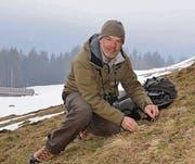 Wildhüter Urs Büchler sucht einen geeigneten Lebensraum in Nesslau nach Spuren von Auerhühnern ab. (Bilder: Katharina Rutz)