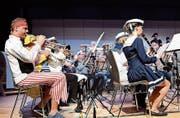 Passend zum Thema «Auf hoher See» haben sich die Musikanten der MG Märstetten gekleidet. (Bild: Werner Lenzin)