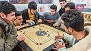 Im Kaffeetreff in Kreuzlingen spielen Flüchtlinge Carambole. (Bild: Andrea Stalder (Andrea Stalder))