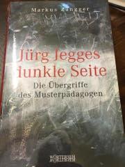 Das Cover des Enthüllungsbuches «Jürg Jegges dunkle Seite». (Bild: Livio Brandenberg / LZ)