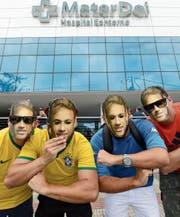 Neymar-Fans vor dem Spital in Belo Horizonte, wo der Fussballer operiert wurde. (Bild: Eugenio Savio/AP)
