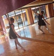 Jovana Kovacevic übt die Tanzfolge ihres eigenchoreografierten Balletttanzes.