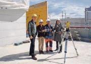 Christof Roell, Stadträtin Dorena Raggenbass, Polier Salvatore Barbarotto und Monika Roell freuen sich, dass der Bau zügig voranschreitet. (Bild: pd/Barbara Schwager)