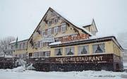14. Dezember: Das Hotel Hirschen in Alt St. Johann kommt unter den Hammer. Der vierfache Olympiasieger Simon Ammann ersteigert sich die Liegenschaft für 54 (Bild: Hanspeter Thurnherr)