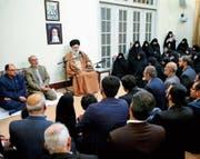 Irans Staatsoberhaupt Ali Khamenei auf einem offiziellen Foto. Der Ayatollah hat die seit Tagen andauernden Massenproteste in dem Land als vom Ausland gesteuert bezeichnet. (Bild: EPA (Teheran, 2. Januar 2018))