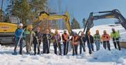 Vertreter der Gemeinden Hundwil und Stein begehen gemeinsam mit den Bauverantwortlichen den symbolischen Spatenstich. (Bild: ker)