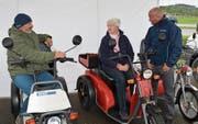 Marianne Hofer aus Frauenfeld interessiert sich bei Stefan Bobst und Tobias Wunderli für ein elektrobetriebenes Kyburz-Fahrzeug. (Bild: W. Lenzin)