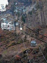Aus den Gondeln am Pizol mussten mehrere Personen evakuiert werden, nachdem Bäume auf die Seile gefallen sind. (Bild: Gian Ehrenzeller/KEY)