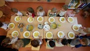 Im Kanton St.Gallen werden heute durchschnittlich 61 Prozent der Vollkosten eines Betreuungsplatzes von den Eltern bezahlt. (Symbolbild) (Bild: A4358/_GEORG WENDT (DPA dpa))