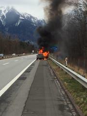 Nach einem lauten Knapp brannte ein Auto auf der A13 in Sevelen lichterloh. (Bild: Kapo SG)