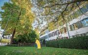 Die Rasenfläche an der Ecke Promenadenstrasse/Zürcherstrasse mit Natale Sapones Stahlskulptur, rechts vorne angeschnitten das Haus «Zur Krone», in der Mitte das Haus «Zur Palme», rechts hinten das Bernerhaus («Zur Geduld»). (Bild: Reto Martin)