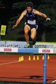 Martin Hubmann sucht auf der Hürde die Balance, um nicht in den Wassergraben zu treten. (Bild: Hansjörg Brunhart)