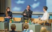 Arthur Honegger beantwortet die Fragen zum US-Wahlkampf von den Kanti-Schülern Patricia Kudrnac und Patrick Sproll beim Kanti-Forum 2016. (Bild: Andrea Stalder)