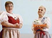 Die Präsidentin Daniela Sulser (links) bedankt sich mit einem Präsent bei Monica Schori.