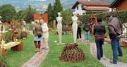 Verspielte Gartenlandschaft mit Pflanzen, Skulpturen, Rost und weiteren Objekten aus verschiedenen Materialien. (Bilder: Hans Hidber)