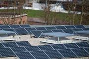 Solaranlage auf dem Dach des Oberstufenzentrums Buechenwald in Gossau. (Bild: Urs Jaudas)