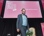 Jonas Lüscher bei der Preisverleihung gestern im Theater Basel. (Bild: Georgios Kefalas/Keystone)