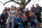 Die Darsteller der neuen Produktion des Theaters Varain «Sand im Getriebe» posieren für ein Gruppenfoto. (Bild: PD)