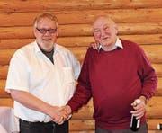 Obmann Kurt Tischhauser mit dem ältesten Versammlungsteilnehmer, Xaver Weder (von links). (Bild: Emil Bürer)
