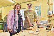 «Sonnenburg»-Leiterin Manuela Rast plaudert mit Bewohner Peter Zgraggen in der Werkstatt. (Bild: Mario Testa)