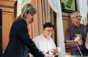 Romanautor Peter Stamm signiert seine Bücher nach seiner Lesung im Rathaussaal. (Bild: Manuela Olgiati)