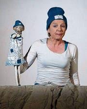 Schauspielerin Frauke Jacobi mit einer Handpuppe. (Bild: PD)