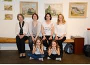 Ruth Lippuner-Eggenberger (links) mit Töchtern und den beiden Enkelinnen Mina und Lia an der Eröffnung der Bilderausstellung von Heiri Eggenberger. (Bild: Hansruedi Rohrer)