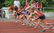 Die Sprinterinnen legen nach dem Startschuss los. (Bild: Hana Mauder Wick)