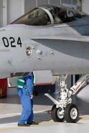 Aus Vorsicht wurden alle F/A-18-Jets überprüft. Das Ergebnis: Drei weitere Flugzeuge haben Risse. (Bild: PETER KLAUNZER (KEYSTONE))