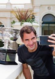 Roger Federer mit der Norman-Brookes-Trophäe vor dem Government House in Melbourne. (Bild: AP)
