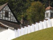 Die ersten acht Fahnen hängen an der Mauer des ehemaligen Klosters St. Maria der Engel oberhalb Wattwils. Bis zum 7. November werden nach und nach weitere Fahnen die gesamte Mauer schmücken. (Bild: Hansruedi Kugler)