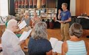 Chor Voce bei der Probe: Schon beim Einsingen ist der begehrte homogene Klang spürbar. (Bild: Peter Küpfer)