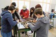 Schüler formen während der Lerhrlingstage Armreife aus Kupfer. (Bild: Arcangelo Balsamo)