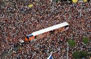 L wie Love Mobiles: Fahrbare Tanz-Untersätze, um die sich die Besucher während der Parade zu Zehntausenden scharen. Von 25 Trucks aus werden die Raver in diesem Jahr mit diversen Techno-Spielarten beschallt. (Bild: Keystone)