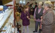 Auch junge Besucherinnen gingen bei der Wiedereröffnung des Brockis auf Schnäppchenjagd. (Bild: Christoph Heer)