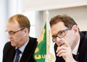 Mit Sparen gegen das strukturelle Defizit: Regierungsrat Jakob Stark (rechts) und Finanzverwalter Urs Meierhans. (Bild: Donato Caspari)