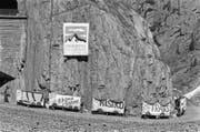 Protestaktion der Promotoren der Alpen-Initiative in der Urner Schöllenenschlucht. (Bild: KEY (Schöllenschlucht, 5. August 1989))