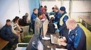 Personal der Grenzwacht kontrolliert und erfasst im Herbst am Bahnhof Buchs Flüchtlinge aus Afghanistan. (Bild: Ralph Ribi)