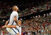 Arturo Vidal (links) feiert mit seinem Teamkollegen Alexis Sanchez das 1:0. Beim 2:0 mussten die Spieler auf das Urteil des Video-Schiedsrichters warten, bevor sie jubeln konnten. (Bild: Sergei Ilnitsky/EPA)