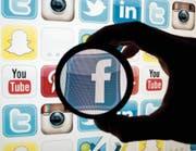 Anstössige Äusserungen und Pöbeleien sind für soziale Netzwerke ein Problem. (Bild: Tobias Hase/Keystone)