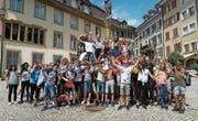 Eschliker und Genfer Schüler posieren in der Bieler Altstadt für ein Gruppenbild. (Bild: PD)