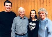 Strahlende Gesichter (von links): Die für guten Probenbesuch geehrten Jan Tischhauser und Hans Tischhauser sowie die beiden Neumitglieder Leonie Giger und Brigitte Gschwend. (Bild: PD)