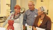 Die ehrenamtlichen Mentoren kochten sich an der Jubiläumsfeier des Programms ihr Abendessen selber. (Bild: Christof Lampart)