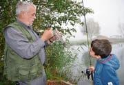 Der zehnjährige Till hat mit Betreuer Walter Widmer von der Fischerzunft Diessenhofen einen Fisch gefangen. (Bild: Margrith Pfister-Kübler)
