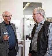 Museumspräsident Eugen Fahrni unterhält sich mit dem Gasterzähler Rolf Scheurer. (Bild: Yvonne Aldrovandi-Schläpfer)