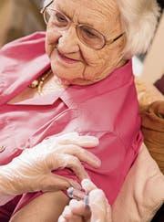In einem Altersheim: Eine Pflegerin gibt einer Bewohnerin eine Spritze. (Bild: Getty Images)