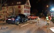 Ein 21-Jähriger überholte mit überhöhter Geschwindigkeit und prallte in ein korrekt entgegenkommendes Fahrzeug mit zwei Insassen. (Bild: Kapo)